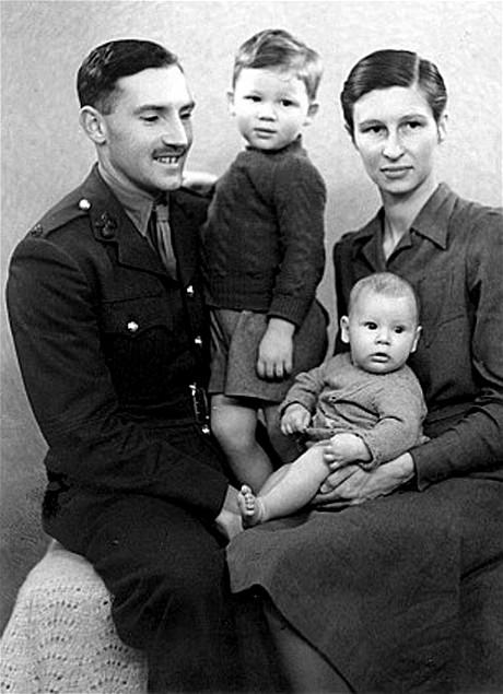 O Tenente Eric Fletcher Waters, sua esposa Mary e seus 2 filhos, John e o bebê Roger