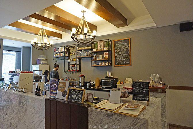 Suasana di meja bar Tavor Cafe Sunter