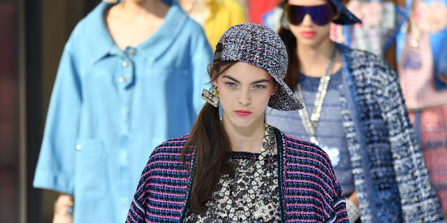 tendenze primavera estate 2017 cappello al contrario cappello con visiera al contrario sfilata chanel ss 2017