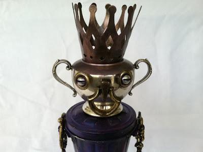 Personaje hecho con objetos de metal antiguos