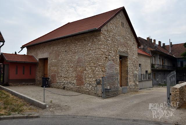 A tapolcai ózsinagóga épülete az utcáról, vakolat nélkül.
