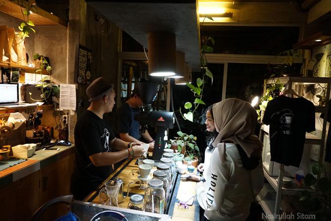Interaksi pengunjung dengan barista