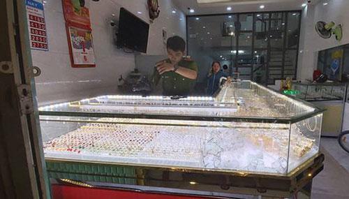 Tiệm vàng ở Quảng Ngãi bị cướp táo tợn lúc chủ tiệm mải xem bóng đá