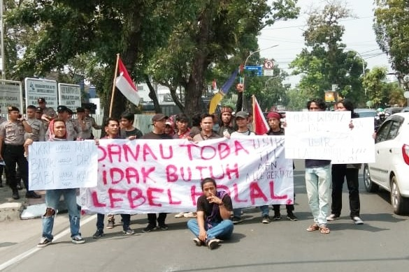 Demonstran Marah, Datangi Kantor Gub Sumut Edy Rahmayadi Yang Ngotot Ingin Terapkan Wisata Syariah & Halal Di Danau Toba