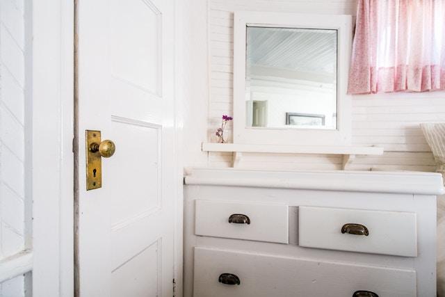 10 ideas para renovar el baño por menos de 100€. Mueble antiguo renovado con pintura