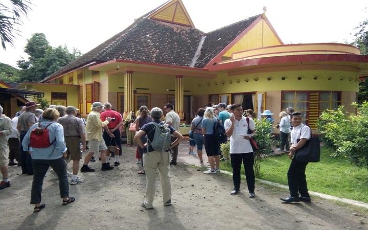 Bala Kuning Sumbawa, Histori dibalik Bangunan yang Serba Berwarna Kuning