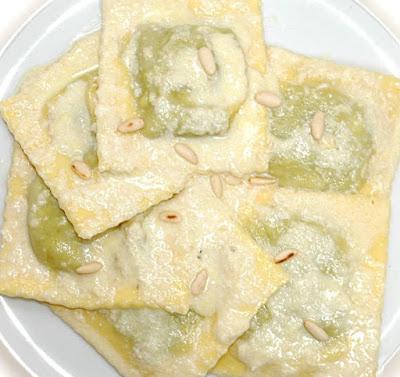la ricetta dei Ravioli di bietole e ricotta con pesto d'aglio fatto in casa