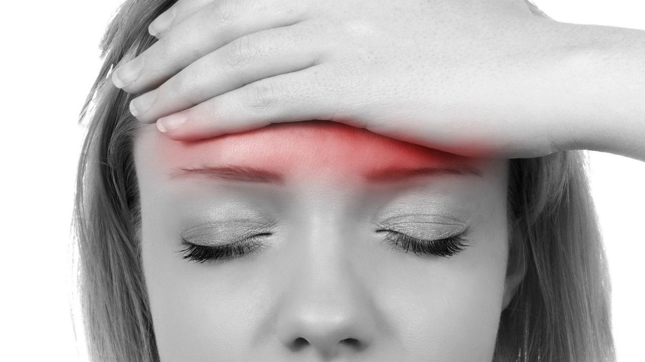 सिर दर्द वैसे तो एक बहुत सामान्य समस्या है l लेकिन कई बार जब ये तेज हो जाता है तो बर्दाश्त कर पाना मुश्किल हो जाता है l    सिरदर्द अपने साथ लाता है इर्रिटेशन, चिड़चिड़ापन और तकलीफ | इसके सटीक इलाज के लिए सही कारण जानना जरूरी है l