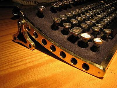 Diseño de teclado para computadora  único al estilo tecnología steampunk