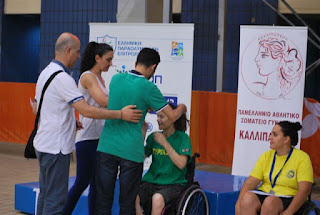 Ο Βαγγέλης Αυγουλάς φοράει μετάλλιο στηνΑλεξάνδρα