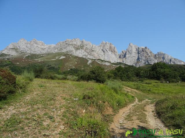 Ruta a la Torre Bermeja: camino a Pantivalles