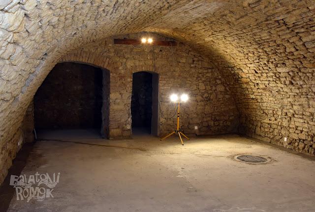 Pincehelyiség a tapolcai ózsinagógában, benne egy csatornafedél takarja a rituális merítkezőt.