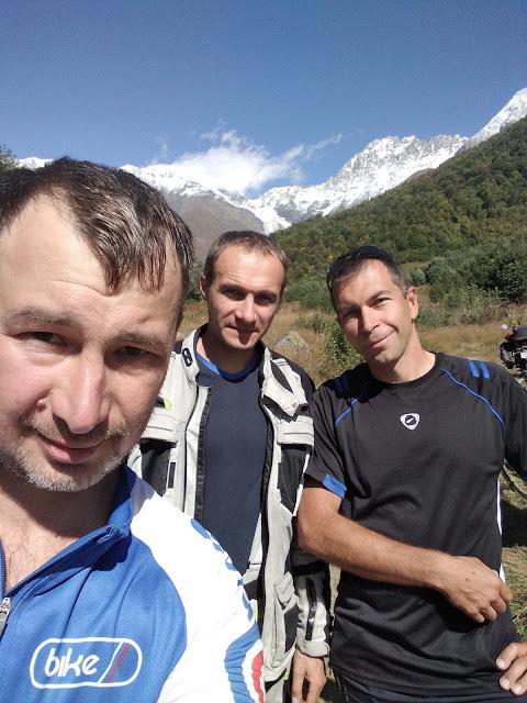 мотоциклист и велосипедисты на перевале Загар