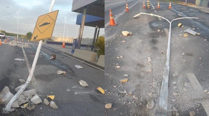 Vídeo: Caminhão bate em postes de iluminação no posto de fiscalização da P.R.F em São Mamede e foge