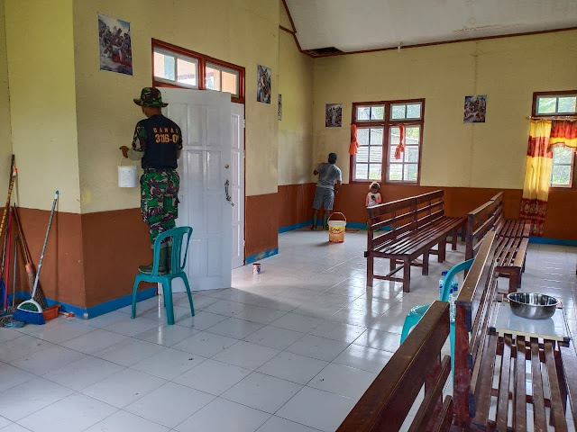 Satgas Pamrahwan Yonif 756/WMS Renovasi Gereja Katolik di Kampung Sempan Timur Timika