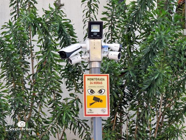 Close-up de um sistema de câmeras de vigilância solidária no Jardim Europa - São Paulo