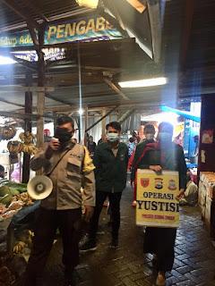 Ops Yustisi, Bhabinkamtibmas Tabaringan Bersama Mahasiswa KKN Blusukan di Pasar