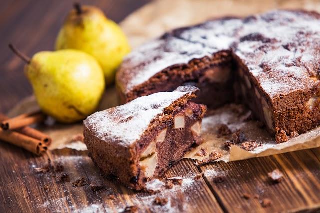 Körtés, csokis süti egyszerű kevert tésztával: mérd ki bögrével a hozzávalókat