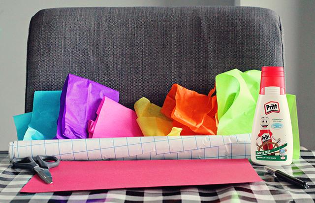 benodigdheden vrolijke nieuwjaarsknutsel - kaftfolie, vloeipapier, lijm, karton, schaar, pen