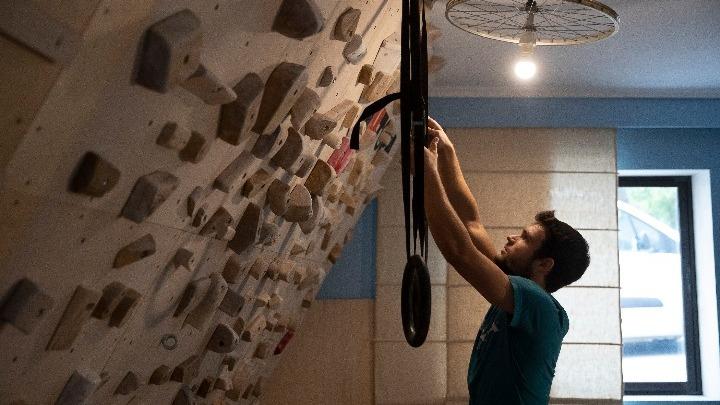 Αθλητής από την Ξάνθη μετέτρεψε το σπίτι του σε γυμναστήριο αναρρίχησης