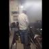 Insólito: Captan a chef orinando en la cocina