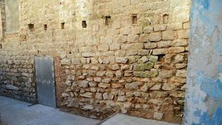 Detalle del muro del castillo de Bellvís