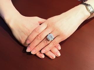 リスタイル(リメイク)された指輪を指に着けた所の写真