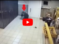 Video Detik-detik Pencuri Dijebak Pemilik Rumah, Reaksinya Panik Banget!