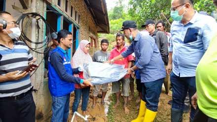Rusma Yul Anwar menyerahkan bantuan