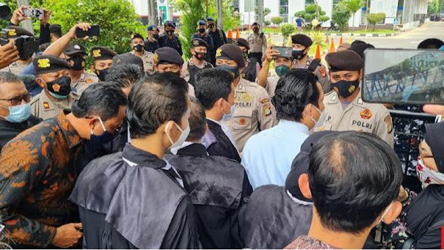 Tim Hukum Ha6ib Ri2ieq Dihadang Saat Sidang, Polisi: Bukan Aturan Kami
