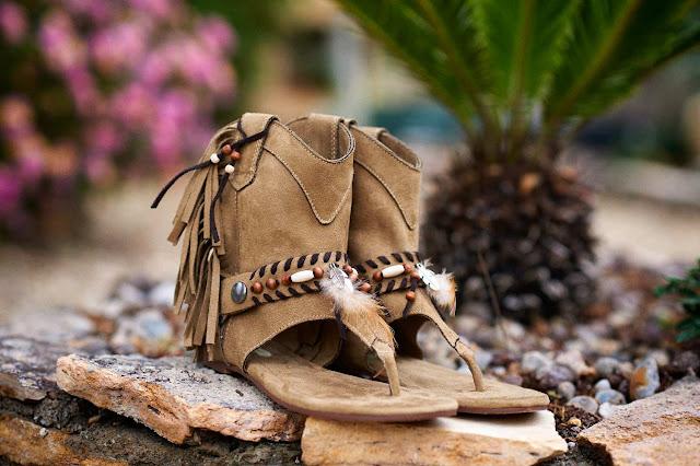 Sandalias boho chic con plumas y flecos