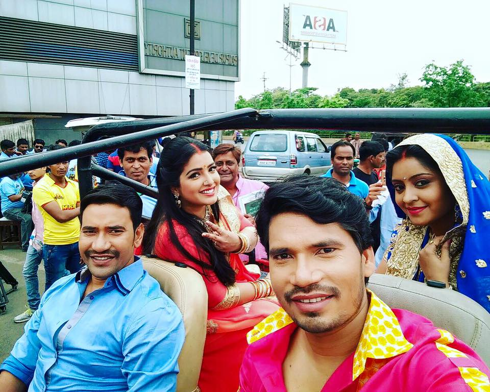 Dinesh Lal Yadav, Amrapali Dubey, Pravesh Lal Yadav, Subhi Sharma ON Set of Ram Lakhan Bhojpuri Film Shooting photo