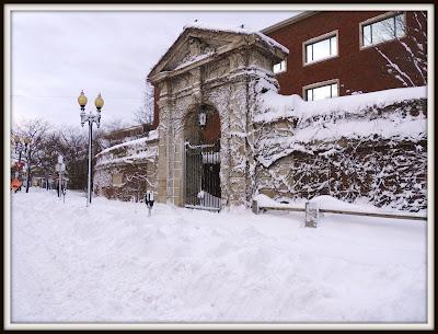 Una de las puertas de la Universidad de Harvard
