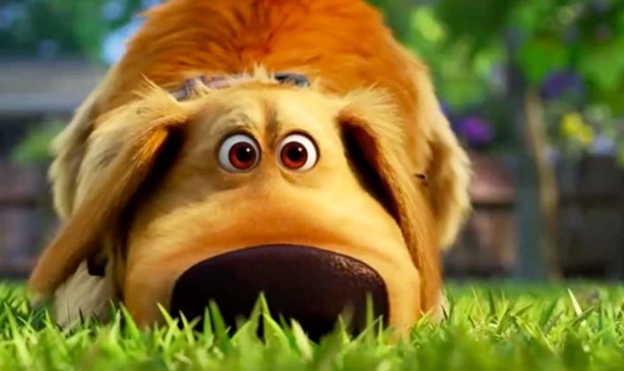 Imagem: o personagem Dug, um cachorro de pelos marrom-claros, enormes olhos castanhos e uma coleira eletrônica marrom farejando a grama de um quintal.