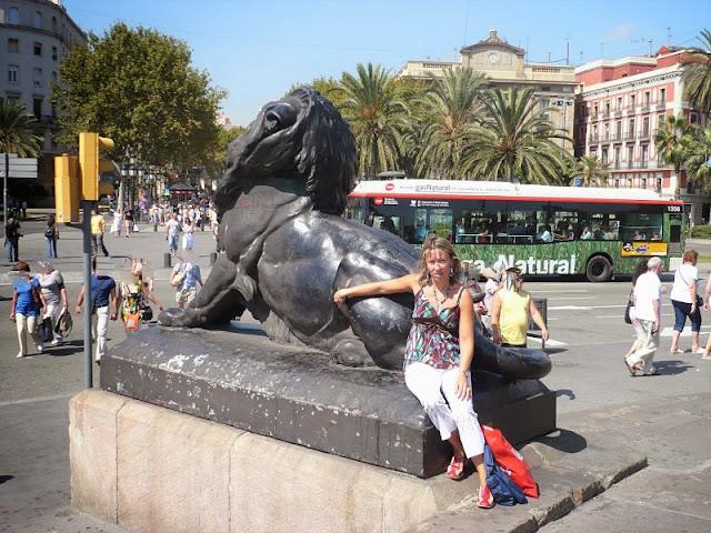 statua del leone del monumento a colombo