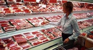 Durante el primer semestre, el consumo de carne vacuna por habitante cayó un 7,7% interanual a 55,3 kilogramos/año promedio, lo que representa el menor nivel en los últimos cinco años para ese período, de acuerdo a un informe de la Cámara de la Industria y Comercio de Carnes y Derivados de la República Argentina (CICCRA).