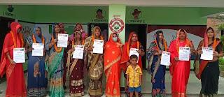 #JaunpurLive : दो बच्चों का संकल्प लेने वाली महिलाओं को ग्राम प्रधान ने किया सम्मानित