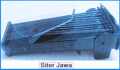 Siter. Siter dibuat dari kayu, kawat, lempengan besi Siter dapat menghasilkan nada-nada Slendro dan Pelog. Tinggal menyetel sesuai dengan keinginannya. Akan menginginkan laras slendro, pelog nem atau pelog barang.