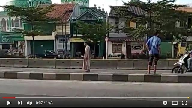 Video Pria Salat Di Tengah Jalan Di Daerah Kelapa Gading