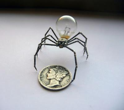 Araña robot pequeña hecha con material reciclado