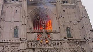 У Франції палає один з найбільших готичних соборів: його будували 5 століть – відео