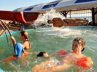 Wasserrutsche lustige Familie im Schwimmbad