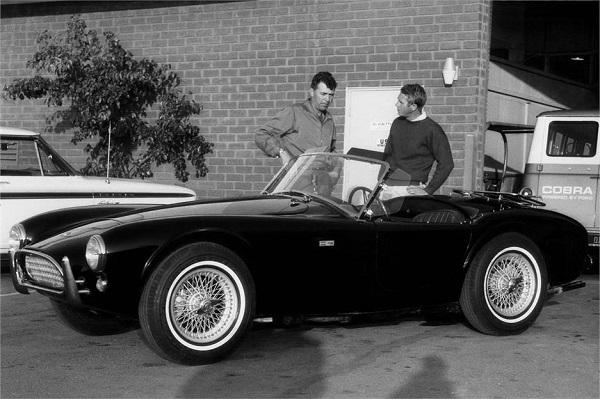 Steve McQueen y Carrol Shelby hablando sobre el Shelby AC Cobra