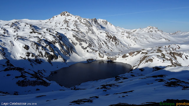 Lago Calabazosa con nieve en Somiedo