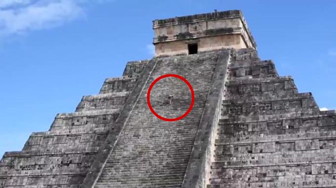 VIDEO: Mujer viola las reglas y sube a pirámide de Chichén Itzá para esparcir las cenizas de su esposo