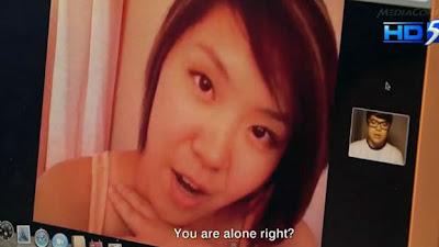 """(CNN) — ¿Quién hubiera pensado que desnudarse y ser travieso con una desconocida en línea podría traer problemas? La policía de Singapur ha reportado lo que parece ser a un grupo de estafadores que usan a mujeres para hacerse amigos de víctimas en redes sociales. Las mujeres los seducen para tener cibersexo y luego los amenazan con publicar sus imágenes si no les pagan. """"Pueden comenzar la una conversación vía webcam con las víctimas e iniciar una relación de cibersexo al desvestirse primero ellas y luego persuadirlos a las víctimas hombres de aparecer desnudos y realizar actos sexuales frente a"""