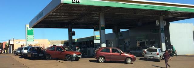 Motoristas formam filas nos postos de combustíveis em Roncador