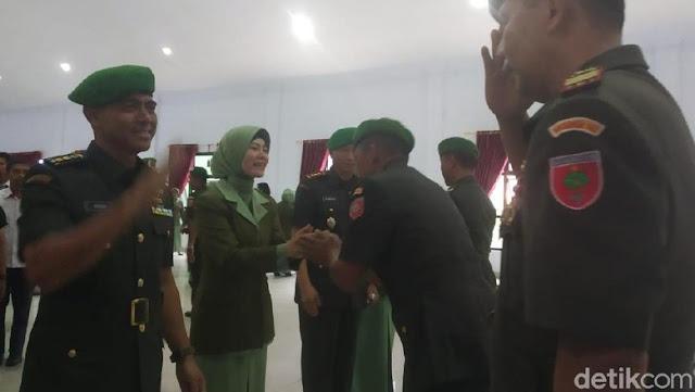 Rangkul Istri, Kolonel HS Legawa Dicopot dari Dandim Kendari