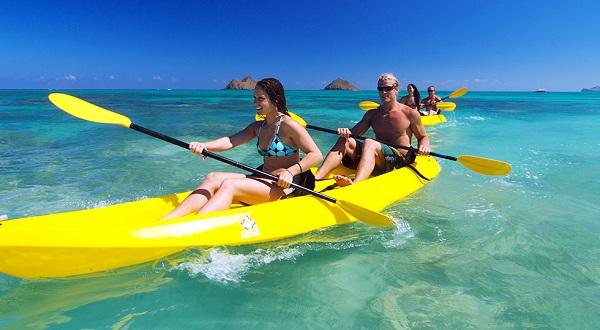 chèo thuyền kayak khi đến đảo Coral Island