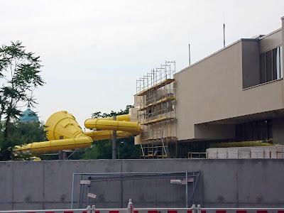Gelbe Außenrutsche schlängelt sich über die Baustelle des Blus.